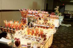 mesa decorada para eventos, es esquisitamente deliciosa, en ella contiene variaciones de botanas como: fresas con chocolate, cacahuates garapiñados, piñas coladas, cup cakes con crema chantilli, pastel, copas con jicama, zanahoria y  pepino. pepihuates, roles de canela, sundaes de oreo y paletas de bombon.