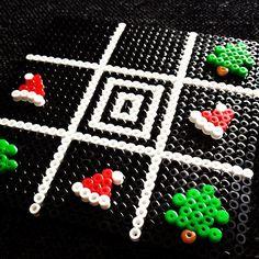Christmas perler bead Tic-Tac-Toe by kuckiluran