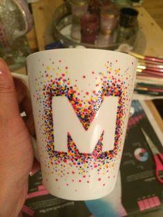 DIY Tasse selbermachen - einen Buchstaben mit Punkten verzieren
