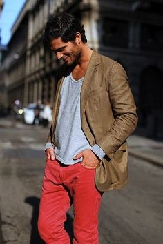 make your colored pants outfit look effortless by pairing with a tee and blazer. No es mi estilo pero me gustaría probar. Sharp Dressed Man, Well Dressed Men, Mode Masculine, Jacob Cohen Jeans, Red Chinos, Look 2015, Colored Pants, Coloured Jeans, Inspiration Mode