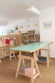 studio desk workspace interior home Sewing Room Organization, Studio Organization, Home Office Design, House Design, Art Studio Design, Studio Room, Studio Desk, Sewing Rooms, Space Crafts