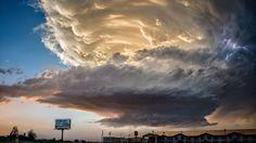 ROSWELL, LE RETOUR? Il existe dans la nature plusieurs types de nuages aux formes stupéfiantes, rarement observés au-dessus d'une contrée aussi tempérée que la France. Celui-ci est un Asperatus tournoyant, une énorme nuée farcie d'éclairs et de grêlons, photographiée il y a quelques semaines par un «chasseur d'orages» américain au-dessus de la ville de Roswell, au Nouveau-Mexique. D'où le succès immédiat de son cliché, car certains ont cru pouvoir y discerner la silhouette d'un gigantesque…
