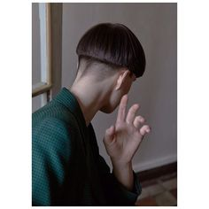 Mushroom haircuts are difficult to pull off, but not impossible. We've compiled a list of the 30 best classic, edgy, and outrageous mushroom haircuts: Bowl Haircuts, Haircuts For Curly Hair, Short Bob Haircuts, Haircuts For Men, Curly Hair Styles, Short Beard, Short Hair Cuts, Mushroom Haircut, Blonde With Dark Roots