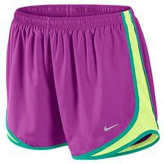 Es unos morado y amarillo pantalones cortos.