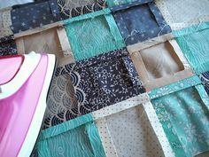 La technique du patchwork semble bien souvent si compliquée et fastidieuse qu'elle désespère les débutantes avant même d'essayer. Cette activité souffre également parfois d'une image un peu vieillotte et démodée alors qu'il peut y avoir de réelles merveilles au top de la tendance. J'ai envie aujourd'hui de vous donner quelques conseils tout simples pour encourager... Lire la suite » Coin Couture, Patchwork Designs, Patch Quilt, Sew On Patches, Comforter Sets, Diy And Crafts, Sewing Projects, Quilts, Crochet