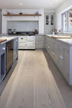 7 Of The Best Budget Kitchen Decorating Ideas. Despite what you might check out in the trendiest kitchen area design publications, updating the look of your kitchen truly does not need that your Aga Kitchen, Kitchen Living, Country Kitchen, Kitchen Grey, Cream And Grey Kitchen, Kitchen Layout, Cottage Kitchens, Grey Kitchens, Home Kitchens