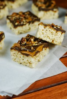 Turtle Krispie Treats ~ krispie treats all jazzed up with simple layers of caramel, chocolate, and pecans.  Yum!  www.thekitchenism...