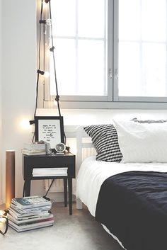 decoração bedroom details, decoration, bed, cama, pillows, travesseiros, flowers, flores, light, luz, shelf, estante, frames, quadros, confy, confortavel, details, detalhes, black and white, preto e branco
