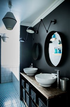 Paris Rénovation et réaménagement d'un appartement haussmanien - MrL&MrsC - aurelie lambert - salle de bain declinée en blanc noir bleu, murs gris carreaux ciment et faience blanche,Boulogne appartement dans un ancien atelier - MrJ&MrsC - aurelie lambert - salle de bain declinée en blanc et gris, mabre carrare, meuble vasque gris , vasque blanche, miroir cadre gris