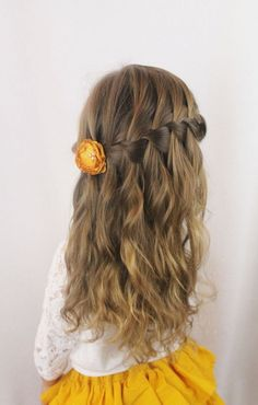 Tu pequeña se verá muy linda con un broche de flor decorando su peinado.