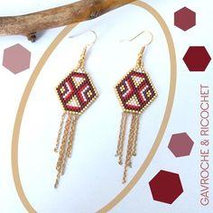 Boucles d'oreilles composées d'un tissage en polygone de perles miyuki en doré, prune métallisée, rouge et blanc nacré entièrement réalisé à la main e