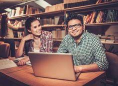 estudiante adulto: grupo multinacional de estudiantes alegres que estudian en la…