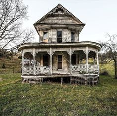 Virginia farm house (this looks like the house from Bridges over Madison County). Abandoned Mansion For Sale, Old Abandoned Buildings, Abandoned Property, Abandoned Castles, Abandoned Mansions, Old Buildings, Abandoned Places, Beautiful Ruins, Beautiful Places