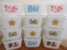 Vintage Pyrex refrigerator dishes! I have some of these and I WANT the pink ones!