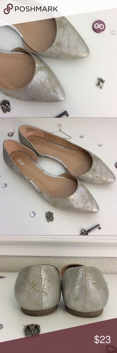 💎New Item💎 Snake Skin Print Flats Awesome snake skin print flats with a silver and green hue. Only worn once for about 10 minutes. Didn't fit my foot very well. My loss is your gain! Apt. 9 Shoes Flats & Loafers