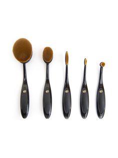Rio Brom -meikkisivellinsetti sisältää viisi erikokoista mikrokuitusivellintä, joiden avulla  levität vaivattomasti niin nestemäisen kuin voidemaisen meikin sekä puuterin. Hienon hienot, erityismuotoillut harjakset liukuvat kasvojen muotoja seuraten pehmeästi luoden tasaisen ja virheettömän lopputuloksen.