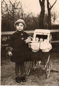 DM624 Photographie Photo Vintage Snapshot Fillette Little girl Landau Pram Poupé | eBay