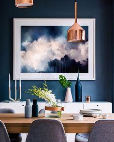 Un comedor soñado  Los muros azules se vienen con todo  . Inspiración vía @adoremagazine #home #room #house #colors #interior #design #decor #interiordesign #blue