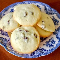 This Rum Raisins Cookies Recipe comes from Romania. The cookies are flavored with rum, are very easy to make and taste delicious. Serve them next to a cup of your favorite tea, or coffee and enjoy an old recipe that is very traditional in Romania. Raisin Cookie Recipe, Raisin Cookies, Easy Cookie Recipes, Dessert Recipes, Desserts, Raisin Scones, Hungarian Recipes, Romanian Recipes, Romanian Food