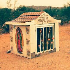 La madonna è Gaudalope roadside shrine