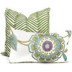 Añadir que un Pop O color púrpura a su decoración con este intrincado diseño funda de almohada de flores en tonos de morado y verde con un toque de turquesa en una tela de lino blanco. Es un show tapón.  La parte trasera de la almohada es un lino blanco coordinador. Las almohadas se hacen por encargo a sus especificaciones de tamaño.  Tengo una cantidad limitada de esta tela disponible a este precio. Precio de venta es de sobre $300/ yarda.  Gran apariencia junto con…