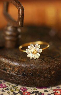Alex Monroe / classic daisy ring by Alex Monroe | petiteparis