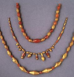 Jewelry from The Royal Tombs of Ur. Gold and carnelian beads. The gold beads of this type were made of gold foil wrapped around a bitumen core. Jade Jewelry, Emerald Jewelry, Ethnic Jewelry, Jewelry Art, Antique Jewelry, Vintage Jewelry, Handmade Jewelry, Jewelry Design, Jewellery