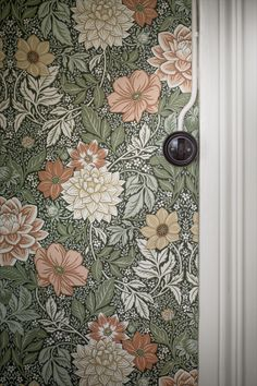 Bringing to life the luscious beauty of late summer days, our Dahlia Garden wallpaper depicts an intricate landscape of flowers and foliage. Papier Peint Art Nouveau, Home Interior, Interior Design, Diy Garden Projects, Garden Care, Summer Flowers, Blooming Flowers, Of Wallpaper, Summer Wallpaper
