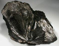 En gemoterapia, la turmalina negra es valorada por su potencia como escudo en contra de las energías que pueden ser negativas, siendo conocida además por sus condiciones para favorecer el crecimiento espiritual.
