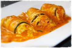 Zucchiniröllchen in Tomatenrahm       2 kleine Zucchini (ca. 400 g )   mit dem Hobel längs in dünne Scheiben hobeln          200 g geko...