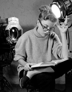 Actress Peggy Dow, under contract to Universal Pictures, made only nine films - one of them was Harvey opposite James Stewart - before retiring to marry a wealthy Oklahoma oil man. This 1950 photo is by Allan Grant. Style Beatnik, Classic Hollywood, Old Hollywood, Beat Generation, Woman Reading, Universal Pictures, Screenwriting, Vintage Beauty, Vintage Style