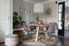 We toveren deze hoek in huis om tot een natuurlijke en warme plek. Om lekker te eten, voor een kop koffie of om gezellig bij te kletsen.
