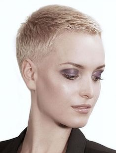 How to style the Pixie cut? Despite what we think of short cuts , it is possible to play with his hair and to style his Pixie cut as he pleases. Really Short Hair, Super Short Hair, Short Grey Hair, Short Hair Cuts For Women, Short Hairstyles For Women, Buzzed Hair Women, Short Blonde, Short Buzzed Hair, Blonde Pixie