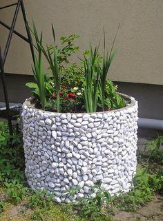 A kertet pusztán a fák, a gondozott pázsit és a virágzó dísznövények is széppé teszik, de egyedi, saját készítésű dekorációkat is bevethetünk. Mutatunk néhány ötletes, viszonylag egyszerűen megvalósítható ötletet.  Például sok vídéki portán megtalálható még a régi beton kútgyűrű, amely rideg hangu