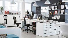 Büroräume mit Möbeln in Weiß und Schwarz, u. a. ALEX Schubladenelemente in Weiß, FORSÅ Arbeitsleuchten in Schwarz, BEKANT Sitz-/Stehschreibtische in Weiß und GALANT Schiebetürenschränke in Weiß