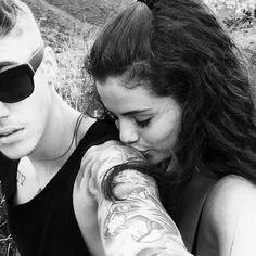 Justin Bieber, Selena ile Olan Fotoğrafını Paylaştı ve Sildi  Justin Bieber dün Selena Gomez'in onu omzundan öptüğü fotoğrafı Instagram hesabında paylaştı ve daha sonra kaldırdı. Fotoğrafın ne zaman çekildiği belirsiz. Selena 4 gün önce attığı şifreli Tweet aralarının bozulduğunu düşündürürken Justin'in bu fotoğrafı paylaşması kafaları karıştırdı.