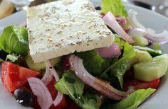 Ensalada de frutas y queso feta (estilo ensalada griega)