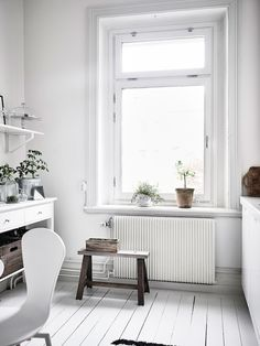 White kitchen / Harmony and balance in a Swedish home with green accents. Entrance / Anders Bersgtedt.