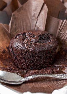 Ingredientes: 180 g harina 80 g cacao en polvo * 160 g azúcar moreno 8 g levadura química 1 pizca de sal 1/2 cucharadita de bicarbonato (opcional) 120 g aciete de girasol 60 g chocolate negro 70 % 60