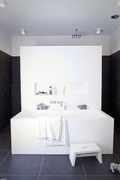 Minimal all in white Luxury Bathroom -by SJARTEC BADKAMERS- with ...