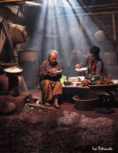 having breakfast together Figure Photography, Artistic Photography, Creative Photography, Street Photography, Art Photography, We Are The World, People Of The World, Cityscape Drawing, Beautiful Vietnam
