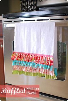 DIY Ruffle : DIY Ruffled Kitchen Towel : DIY Crafts Visit & Like our Facebook page! https://www.facebook.com/pages/Rustic-Farmhouse-Decor/636679889706127