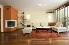 Veneciana de madera en salón moderno.  wooden blind