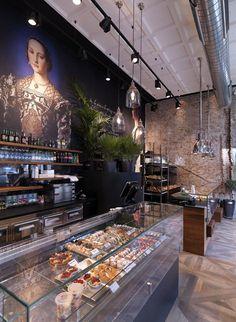 In centro a Milano, in piazzale Cadorna, sede della stazione ferroviaria, un locale in un antico palazzo diviso in due parti. In una si celebra la bontà e la bellezza del made in italy attraverso l'esposizione di pane, focacce, pizze, torte...