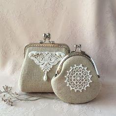 No hay ninguna descripción de la foto disponible. Embroidery Purse, Hand Embroidery Patterns Free, Diy Bags Purses, Diy Purse, Frame Purse, Jute Bags, Fabric Bags, Crochet Purses, Crochet Designs