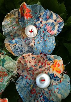 17 Brilliant Ideas for Upcycling your Scrap Fabric - Upcycle My Stuff - - A bumper list of scrap fabric upcycling ideas with links to tutorials and project suggestions. Turn your scrap fabrics into great gifts and decor items! Cloth Flowers, Diy Flowers, Fabric Flowers, Fabric Flower Pattern, Fabric Birds, Scrap Fabric Projects, Fabric Scraps, Sewing Projects, Textile Jewelry