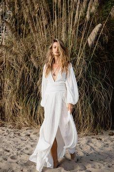White Flowy Dress, White Maxi Dresses, Bohemian White Dress, Flowy Beach Dress, Quoi Porter, Family Picture Outfits, Moda Boho, Boho Festival, Poses
