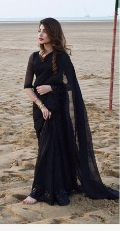 Pakistani actress Kinza Hashmi in an all black saree - Love this look! Pakistani Wedding Outfits, Pakistani Dresses, Saree Wedding, Indian Dresses, Indian Outfits, Wedding Dress, Bridal Dresses, Sarees For Girls, Dress Indian Style