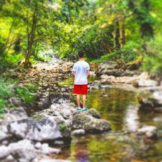 Ragazzo al fiume verso la cascata