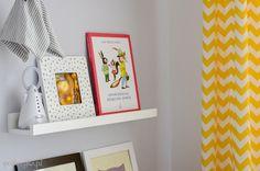 pokój dziecięcy dla chłopca dziewczynki   nursery baby room design boy girl półki na obrazki   picture ledge MOSSANDA / RIBBA IKEA zasłonki zrób uszyj to sam   curtains DIY taśma do zasłon   pleating tape KRONILL wzór gwiazdki zygzak   pattern stars chevron kolory biały czarny szary siwy żółty   colors white yellow black grey chłopiec dziewczynka
